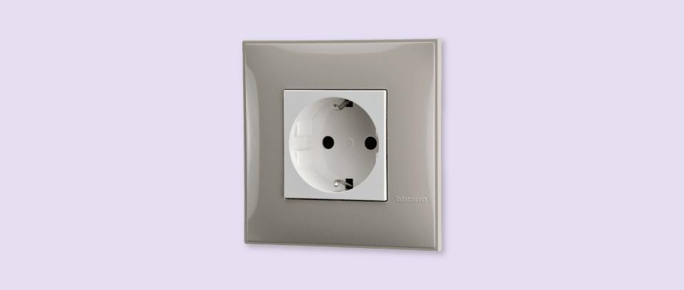 Utičnica energetska 220V krem bele boje za uređenje stana. Detalj koji oplemenju prostor!