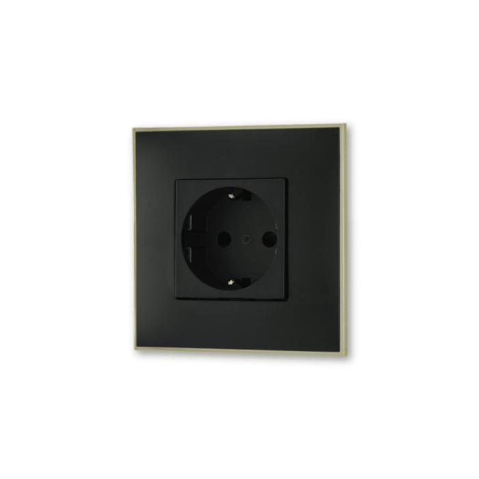 Uticnica energetska 220V crne boje sa toniranim okvirom sa metalnim efektom zlata za uređenje stana. Detalj koji oplemenju prostor!