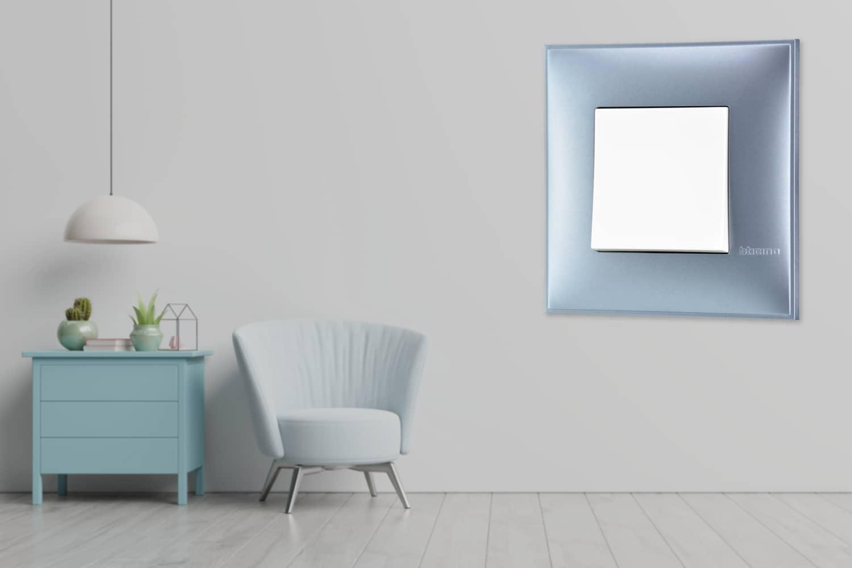 Prekidač u boji plavog metala za uređenje stana. Detalj koji oplemenju prostor!