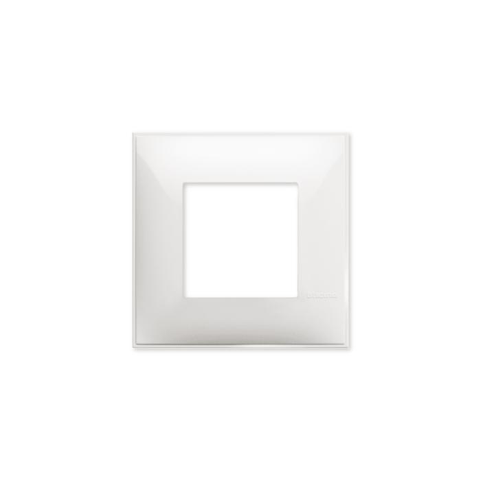 Prekidaci i uticnice vrhunskog dizajna i izgleda. Elegantni dekorativni ram (maska), bele boje, veličine dva modula 2M, za modularno formiranje prekidača i utičnica kolekcije Classia proizvođača Bticino Italija.