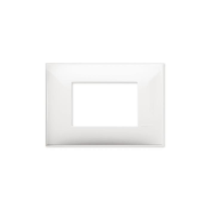 Prekidaci i uticnice vrhunskog dizajna i izgleda. Elegantni dekorativni ram (maska), bele boje, veličine tri modula 3M, za modularno formiranje prekidača i utičnica kolekcije Classia proizvođača Bticino Italija.