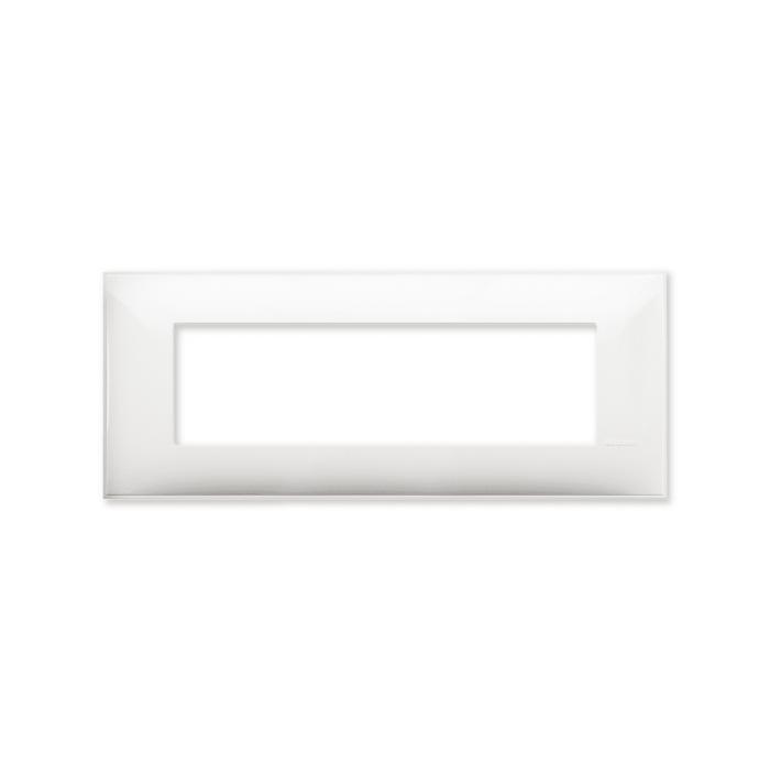 Prekidaci i uticnice vrhunskog dizajna i izgleda. Elegantni dekorativni ram (maska), bele boje, veličine sedam modula 7M, za modularno formiranje prekidača i utičnica kolekcije Classia proizvođača Bticino Italija.