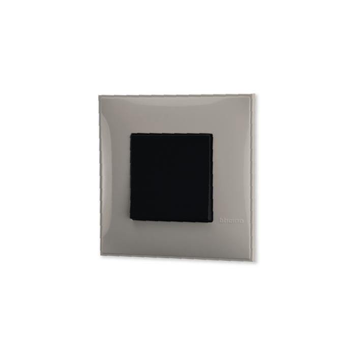 Prekidac u krem boji sa mehanizmo u crnoj boji za uređenje stana. Detalj koji oplemenju prostor!