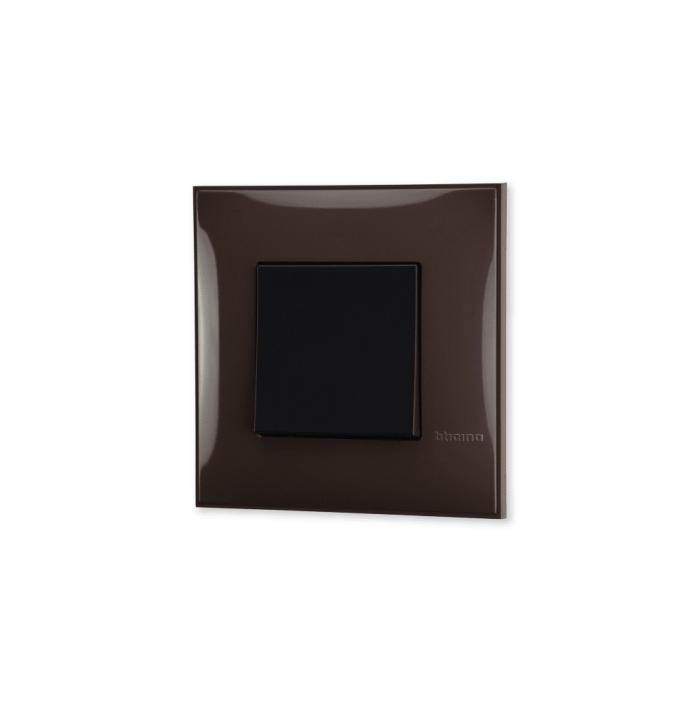 Prekidac u boji moke (Mocha) sa mehanizmo u crnoj boji za uređenje stana. Detalj koji oplemenju prostor!