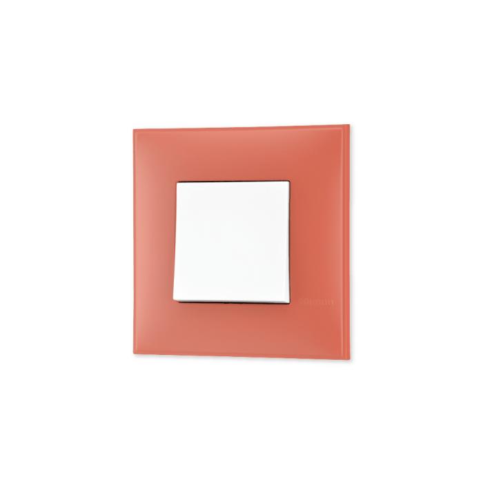 Prekidac u boji zemlje (Terra di Siena) sa mehanizmo u beloj boji za uređenje stana. Detalj koji oplemenju prostor!