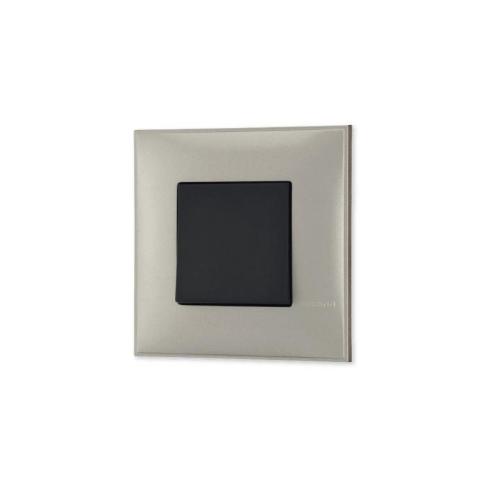 Prekidac u boji titanijum metala sa mehanizmo u crnoj boji za uređenje stana. Detalj koji oplemenju prostor!