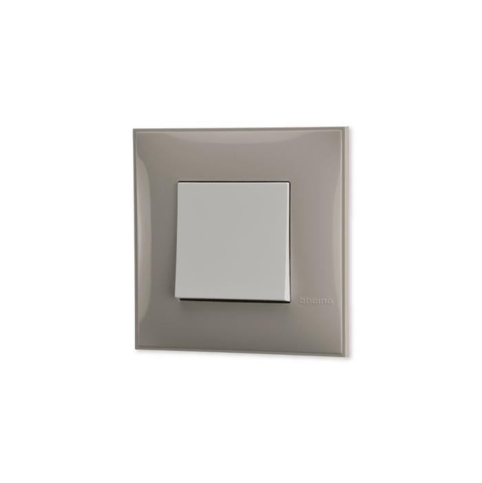 Prekidac u krem boji sa mehanizmo u beloj boji za uređenje stana. Detalj koji oplemenju prostor!
