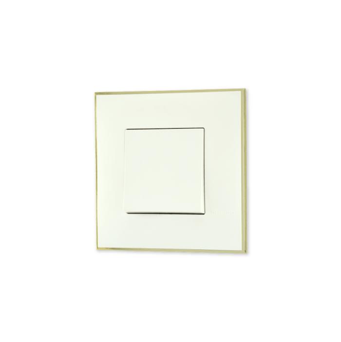 Prekidac bele boje sa toniranim okvirom sa metalnim efektom zlata i sa mehanizmo u beloj boji za uređenje stana. Detalj koji oplemenju prostor!
