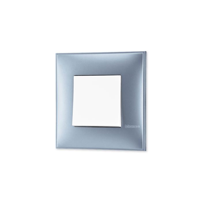 Prekidac u boji plavog metala sa mehanizmo u beloj boji za uređenje stana. Detalj koji oplemenju prostor!