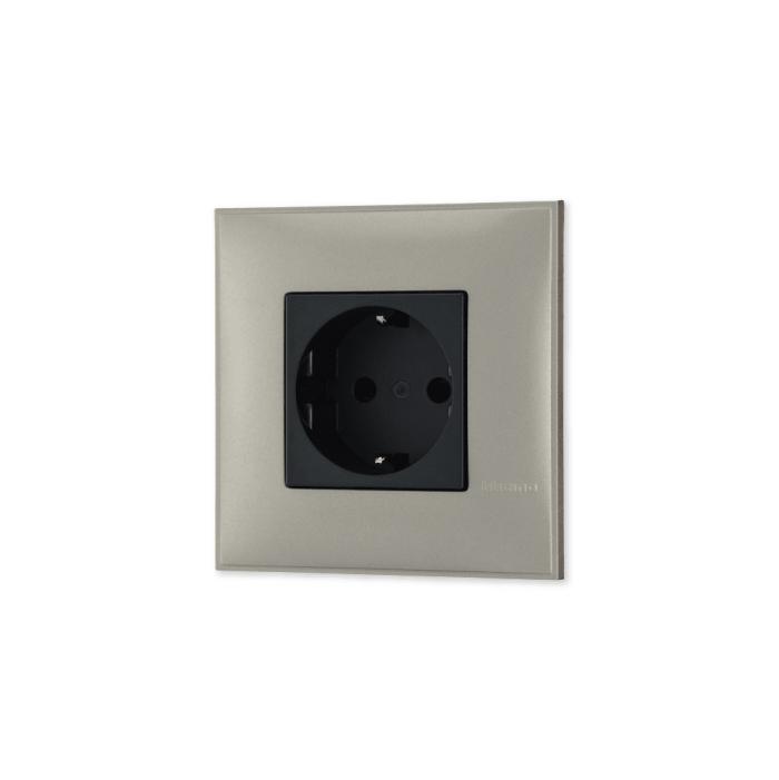 Uticnica u boji titanijum metala sa mehanizmo u crnoj boji za uređenje stana. Detalj koji oplemenju prostor!