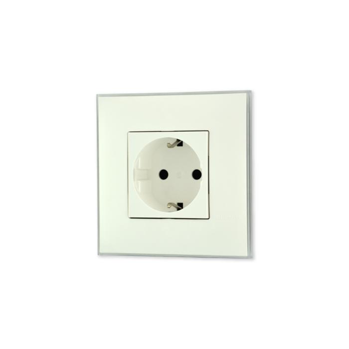 Uticnica bela, sa toniranim okvirom u boji led satena i sa belim mehanizmom za uređenje stana. Detalj koji oplemenju prostor!