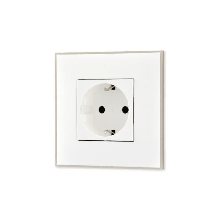 Uticnica bela, sa toniranim okvirom u boji satena i sa belim mehanizmom za uređenje stana. Detalj koji oplemenju prostor!