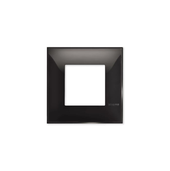 Prekidaci i uticnice vrhunskog dizajna i izgleda. Elegantni dekorativni ram (maska), crne boje, sa okvirom u crnoj boji, veličine dva modula 2M, za modularno formiranje prekidača i utičnica kolekcije Classia proizvođača Bticino Italija.
