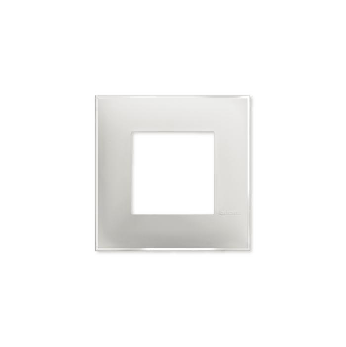 Prekidaci i uticnice vrhunskog dizajna i izgleda. Elegantni dekorativni ram (maska) u beloj boji, sa toniranim okvirom u boji led satena, veličine dva modula 2M, za modularno formiranje prekidača i utičnica kolekcije Classia proizvođača Bticino Italija.