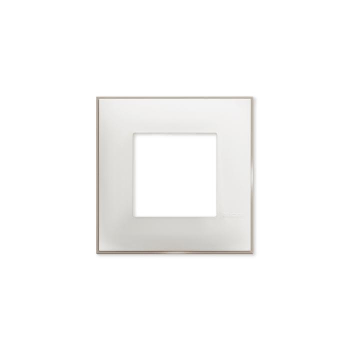 Prekidaci i uticnice vrhunskog dizajna i izgleda. Elegantni dekorativni ram (maska) u beloj boji, sa toniranim okvirom u boji satena , veličine dva modula 2M, za modularno formiranje prekidača i utičnica kolekcije Classia proizvođača Bticino Italija.