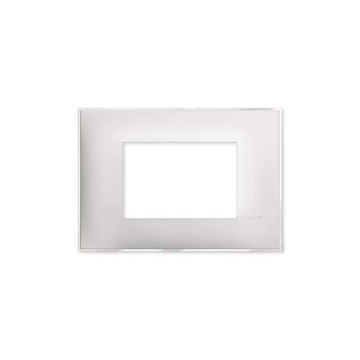 Prekidaci i uticnice vrhunskog dizajna i izgleda. Elegantni dekorativni ram (maska) u beloj boji, sa toniranim okvirom u boji led satena, veličine tri modula 3M, za modularno formiranje prekidača i utičnica kolekcije Classia proizvođača Bticino Italija.