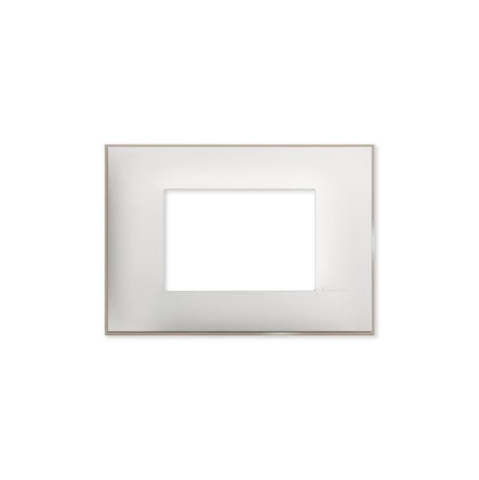 Prekidaci i uticnice vrhunskog dizajna i izgleda. Elegantni dekorativni ram (maska) u beloj boji, sa toniranim okvirom u boji satena , veličine tri modula 3M, za modularno formiranje prekidača i utičnica kolekcije Classia proizvođača Bticino Italija.