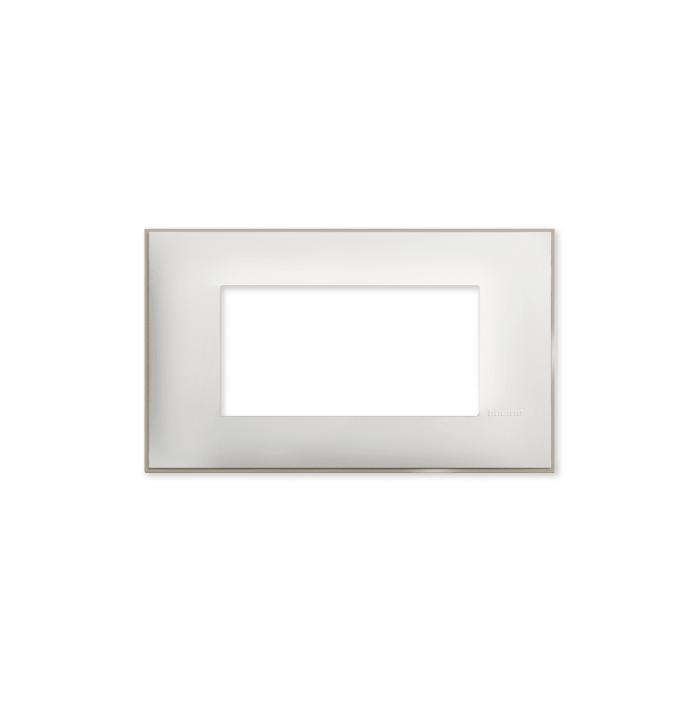 Prekidaci i uticnice vrhunskog dizajna i izgleda. Elegantni dekorativni ram (maska) u beloj boji, sa toniranim okvirom u boji satena, veličine četiri modula 4M, za modularno formiranje prekidača i utičnica kolekcije Classia proizvođača Bticino Italija.