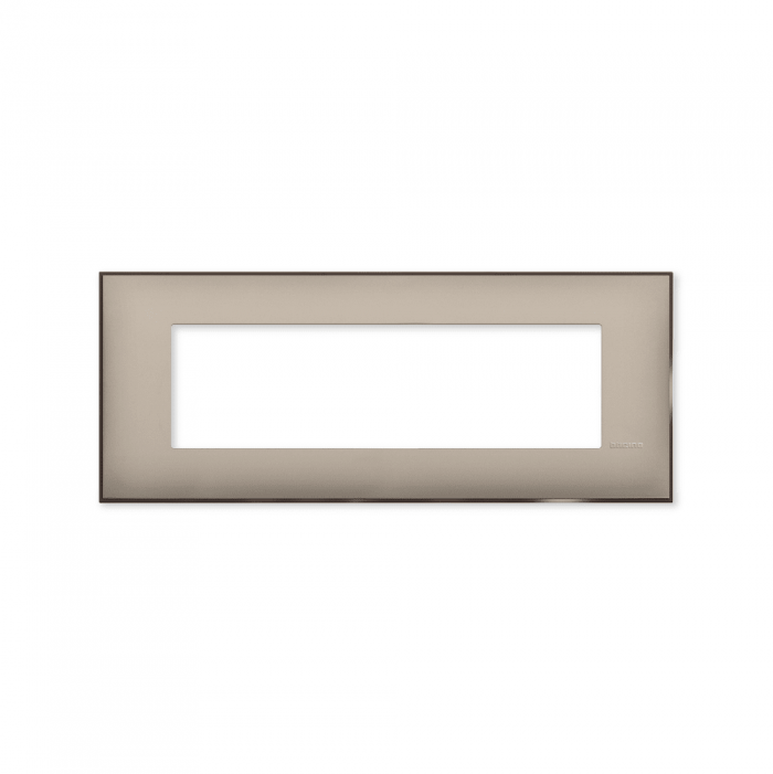 Prekidaci i uticnice vrhunskog dizajna i izgleda. Elegantni dekorativni ram (maska) u krem boji sa toniranim okvirom u boji satena, veličine sedam modula 7M, za modularno formiranje prekidača i utičnica kolekcije Classia proizvođača Bticino Italija.