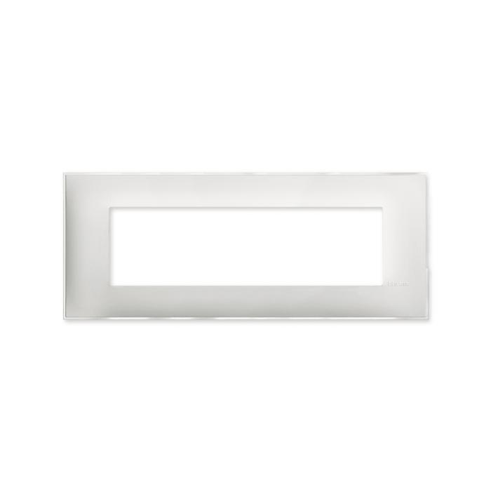 Prekidaci i uticnice vrhunskog dizajna i izgleda. Elegantni dekorativni ram (maska) u beloj boji, sa toniranim okvirom u boji led satena, veličine sedam modula 7M, za modularno formiranje prekidača i utičnica kolekcije Classia proizvođača Bticino Italija.