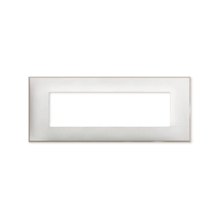 Prekidaci i uticnice vrhunskog dizajna i izgleda. Elegantni dekorativni ram (maska) u beloj boji, sa toniranim okvirom u boji satena, veličine sedam modula 7M, za modularno formiranje prekidača i utičnica kolekcije Classia proizvođača Bticino Italija.
